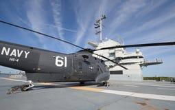 在航空母舰驾驶舱的直升机  免版税图库摄影