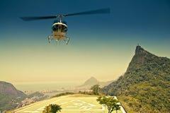 在航空的直升机在Corcovado里约前面 免版税库存图片