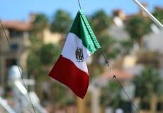 在航行划船的墨西哥旗子在海洋,在海关闭的船优质图象豪华经验 免版税库存照片