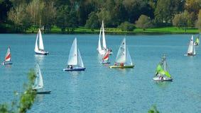 在航行单桅三角帆船的竞争 库存图片
