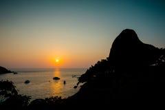 在航行岩石的日落 图库摄影