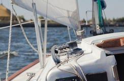 在航行游艇甲板的看法  免版税库存照片