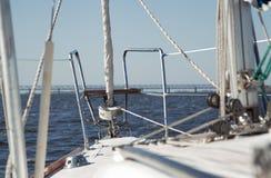 在航行游艇甲板的看法  库存照片
