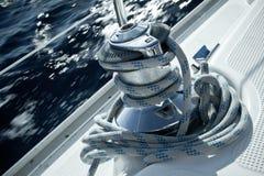 在航行游艇甲板的起锚机  免版税库存照片