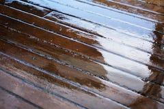 在航行游艇的湿甲板板条 免版税库存图片