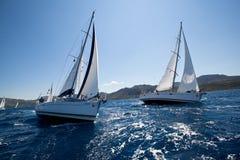 在航行赛船会期间的小船竞争对手 免版税库存照片