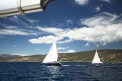 在航行赛船会的小船 乘快艇 免版税库存图片