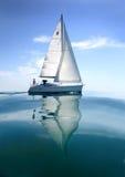 在航行赛船会的小船 在水的航行游艇 免版税图库摄影