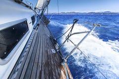 在航行赛船会的游艇 豪华游艇行在小游艇船坞船坞的 免版税库存照片