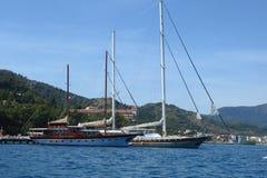 在航行赛船会的豪华游艇 在风的航行通过在海的波浪 免版税库存照片