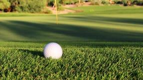 在航路的高尔夫球 免版税图库摄影