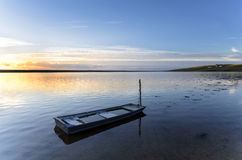 在舰队盐水湖的蓝色渔船 库存照片