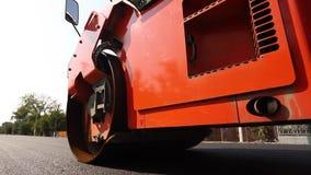 在舱内甲板的摊铺机搬家工人最近做了路,猛撞和成水平 涂柏油应用在被修理的城市道路的摊铺机沥青 股票录像
