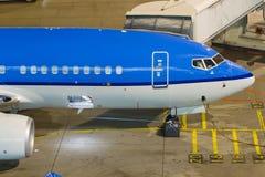 在舷梯的波音737 库存图片