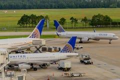在舷梯的飞机在休斯敦国际机场 库存照片