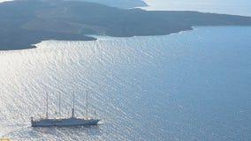 在船上做远航的豪华游轮在与许多富有的游人的世界范围内 股票录像