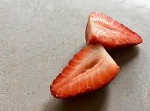 在船上切草莓 免版税库存图片