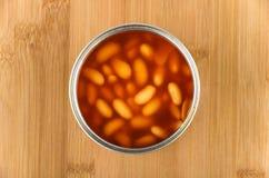 在船上打开金属罐头用在西红柿酱的豆 免版税库存图片
