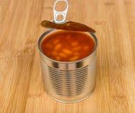 在船上打开金属罐头用在西红柿酱的豆 库存图片