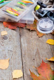 在船上把钓具装箱与叶子秋天 免版税库存照片