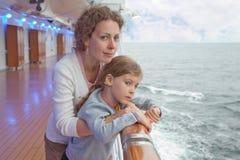 在船上拥抱女儿船的母亲 免版税库存照片