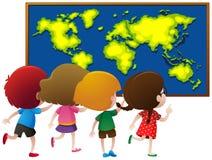在船上看worldmap的孩子 免版税图库摄影