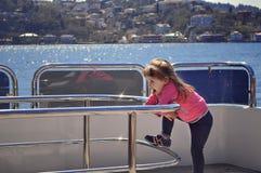 在船上站立游艇的女孩 在游艇的假期 在船的巡航 横跨海洋的旅途 库存照片
