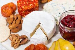 在船上纤巧乳酪和快餐的分类,顶视图 免版税库存照片