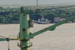 在船口岸的重的起重机工具 库存照片
