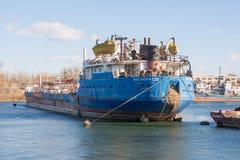 从在船坞停泊的船观看Volgoneft 128的船尾  库存图片