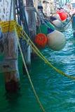 在船坞的五颜六色的小船防撞器小游艇船坞的在墨西哥 免版税库存图片
