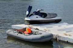 在船坞的可膨胀的小船和喷气机滑雪 免版税库存图片