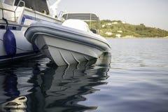 在船坞的小汽艇有美好的反射的在水中 库存照片