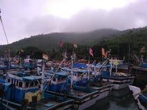 在船坞的小船在雨季期间早晨 免版税库存照片