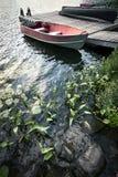 在船坞的小船小湖的 免版税库存图片