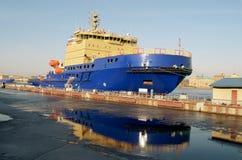 在船坞的核破冰船 库存照片