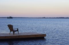 在船坞的椅子 免版税库存照片