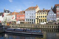 在船坞的游览小船Nyhavn运河的 哥本哈根 免版税库存照片
