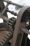在船坞的生锈的老小船绞盘 免版税库存照片