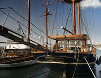 在船坞的老小船 免版税图库摄影