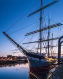 在船坞的老船以晚上天空为背景 免版税库存照片