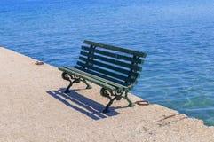 在船坞的绿色长木凳 免版税库存照片