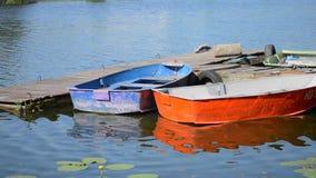 在船坞码头的一些种老破旧和破旧的小船不同的颜色 股票录像