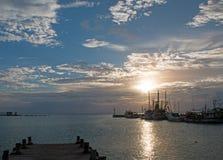 在船坞码头Puerto日出防波堤跳船的日出在华雷斯的坎昆海湾的墨西哥 免版税库存图片