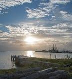 在船坞码头Puerto日出防波堤跳船的日出在华雷斯的坎昆海湾的墨西哥 免版税图库摄影