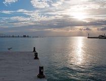 在船坞码头Puerto日出防波堤跳船的日出在华雷斯的坎昆海湾的墨西哥 库存照片