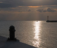在船坞码头Puerto日出防波堤跳船的日出在华雷斯的坎昆海湾的墨西哥 免版税库存照片