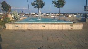 在船坞附近的一个喷泉 库存图片
