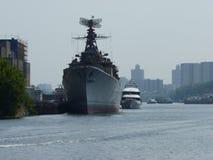 在船坞附近的老军舰 库存图片