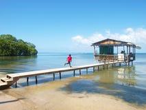 在船坞,罗阿坦岛的男孩赛跑 库存图片